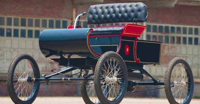 ransom e olds introduced the curved dash olds a single cylinder engine with tilted steering a chain drive in 1901 six hundred were sold